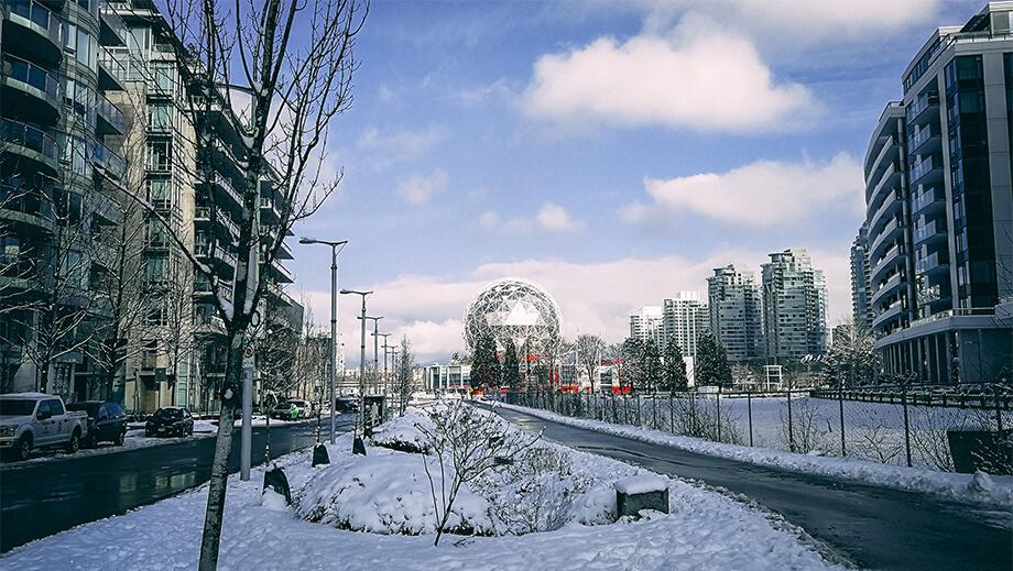 winterliche Straße in Vancouver mit Blick auf Vancouver Science World