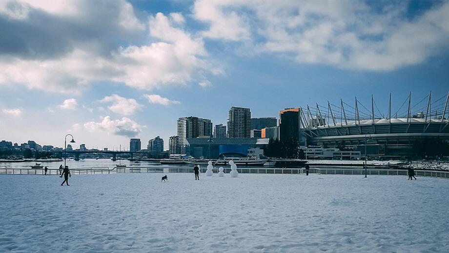 Blick auf Vancouver Skyline und Rogers Arena im Winter