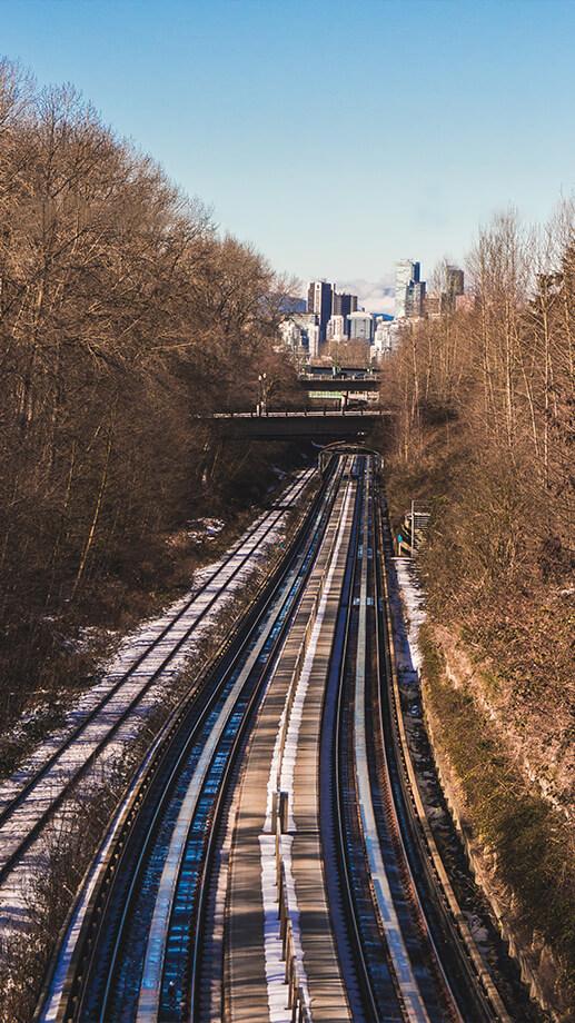 Bahnschienen führen Richtung Vancouver Downntown