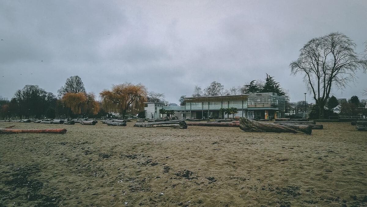 Kitsilano Beach - Gebäude am verlassenen Strand