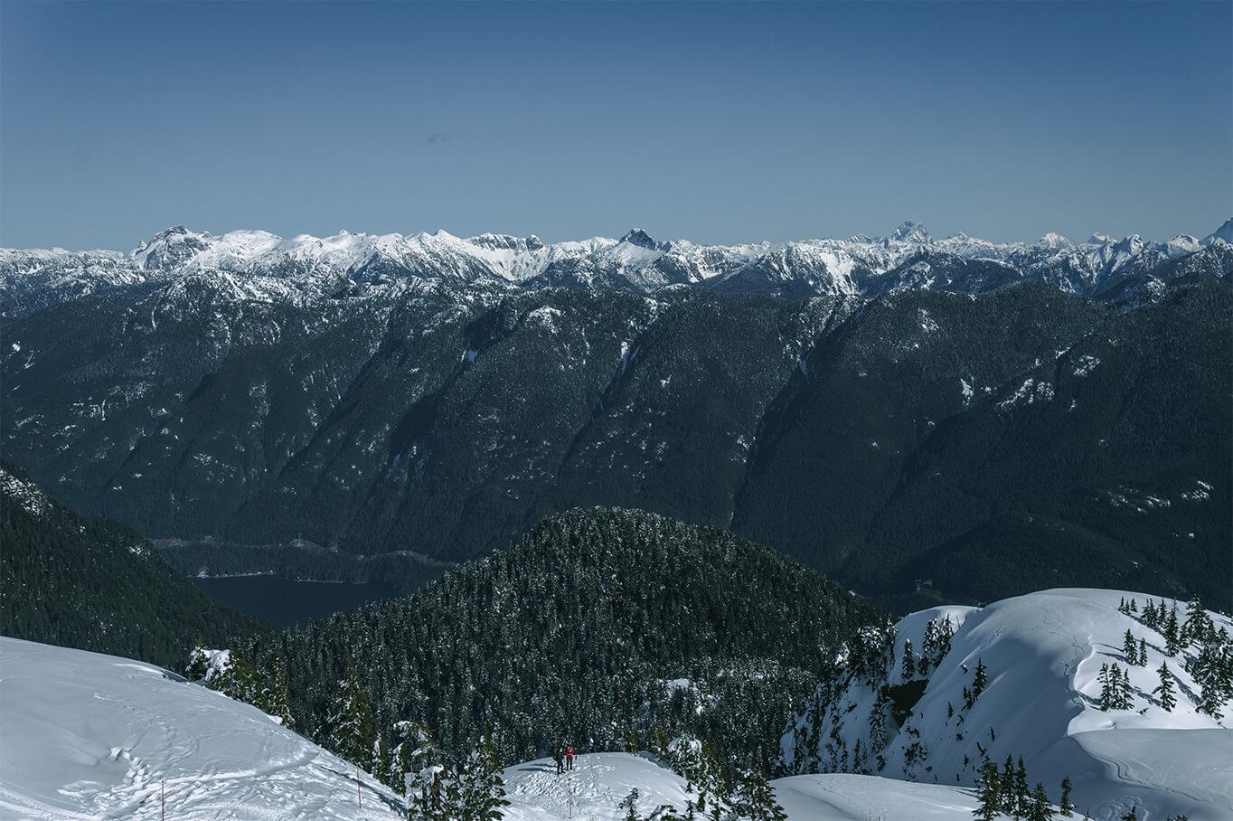 Ausblick auf schneebedeckte Berge