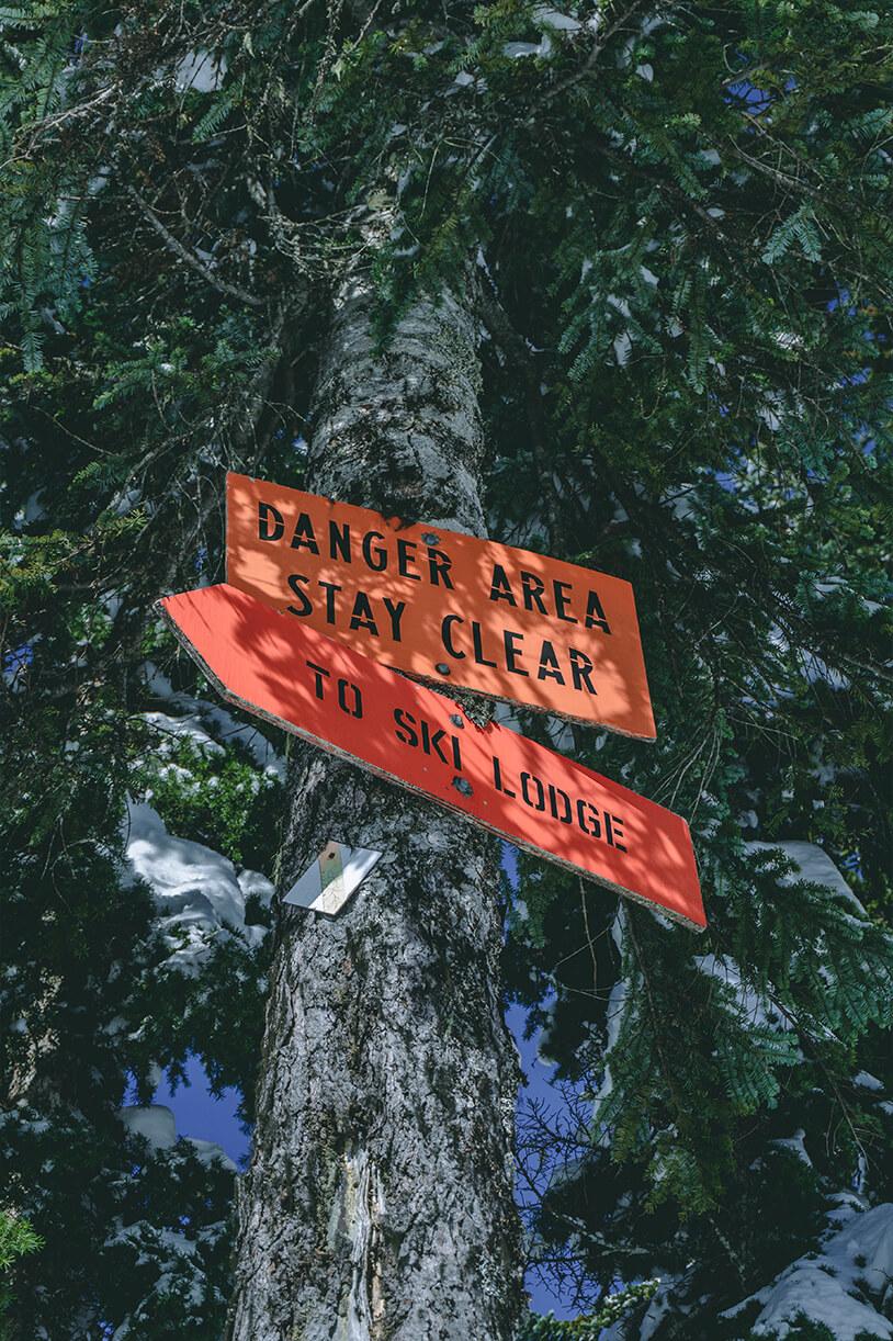 Baum mit Schild Danger Area