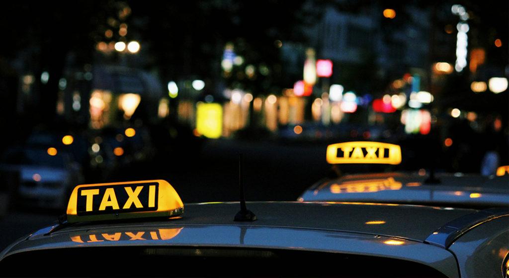 Taxi-Leuchtschilder bei Nacht