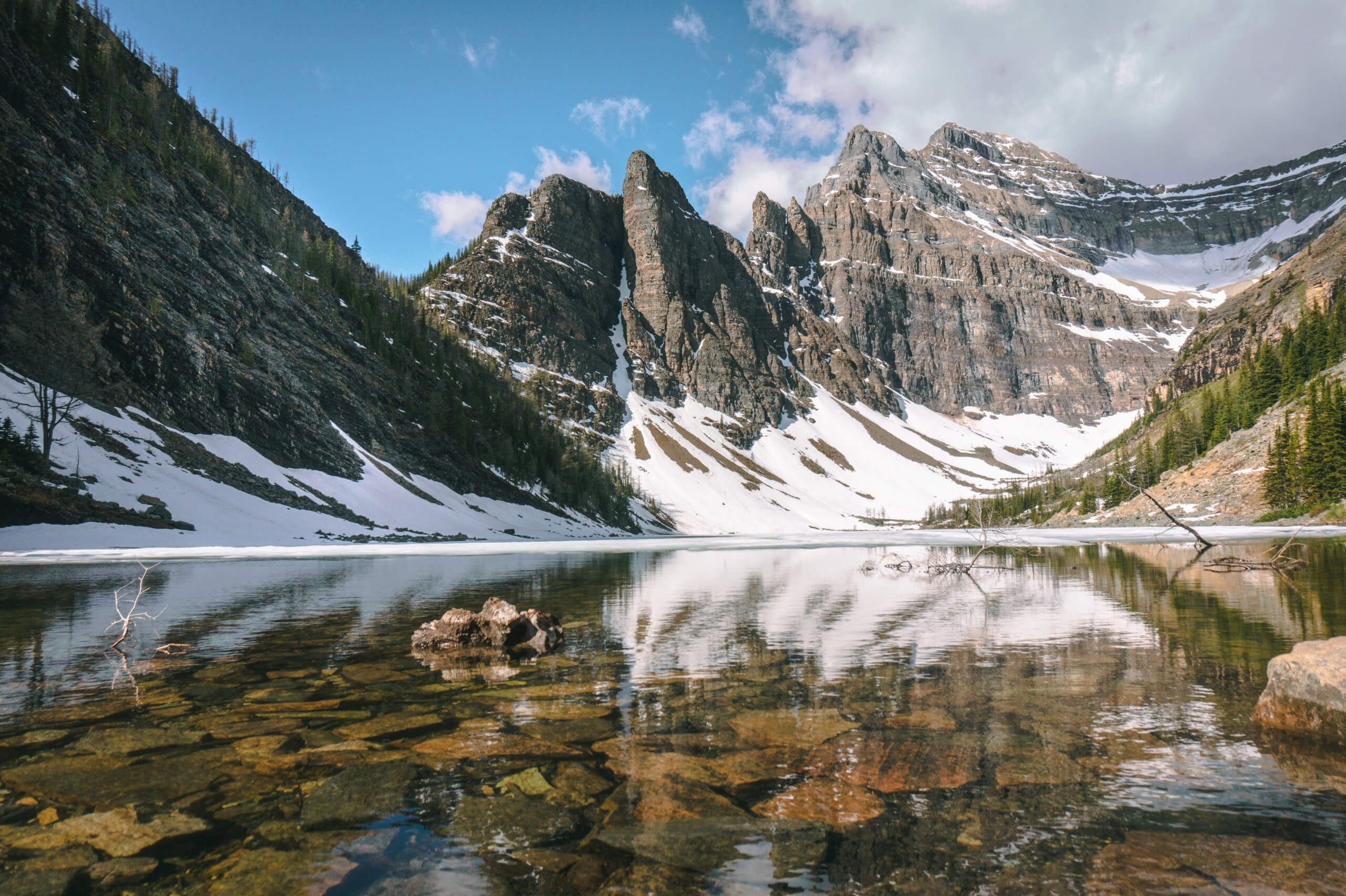 teilweise gefrorener Lake Agnes