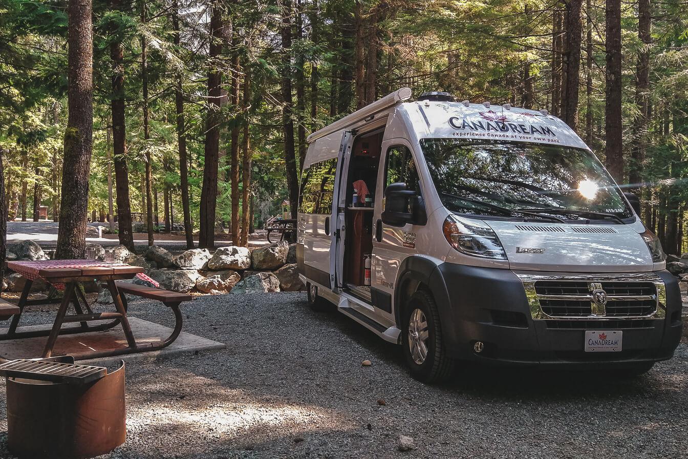 Camper Van auf Chilliwack Lake Provincial Park Campground