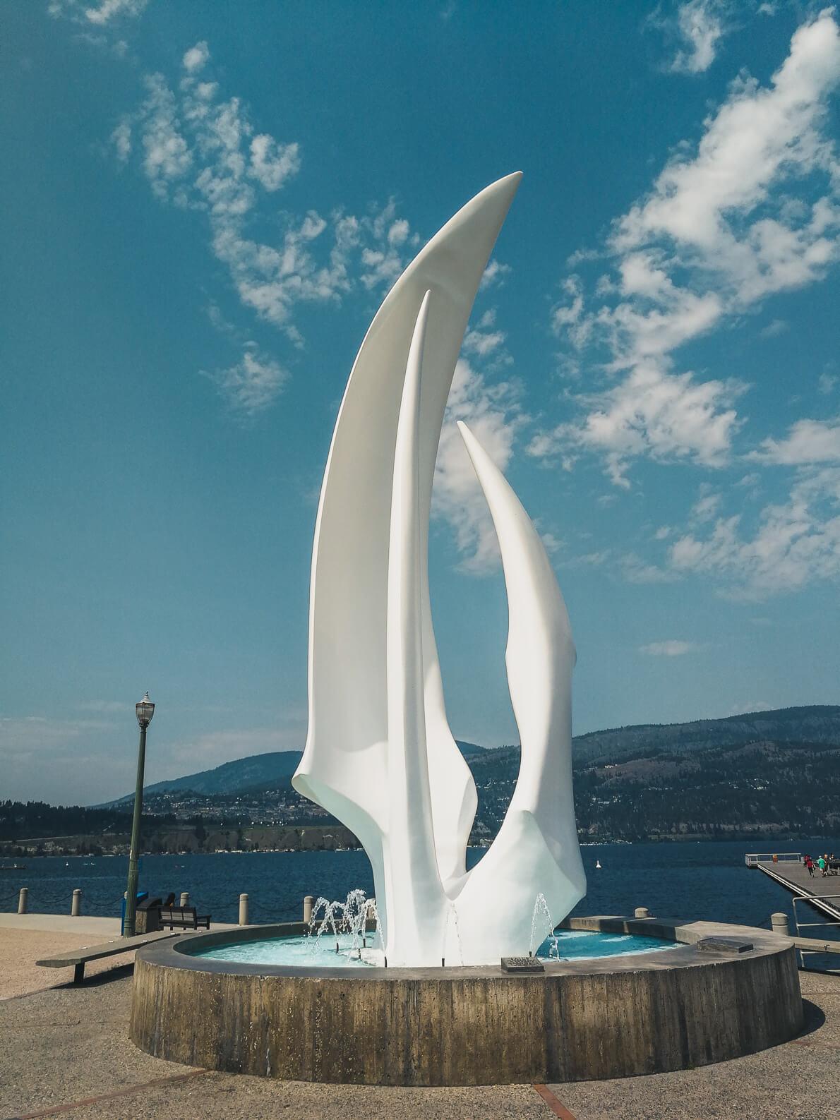 Spirit of Sail Skulptur an der Ufepromenade in Kelowna